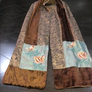 Scarf with embroidery and velvet